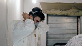 Μέση πυροβοληθείσα τεθειμένη εργαζόμενος αναπνευστική συσκευή στο πρόσωπό του φιλμ μικρού μήκους