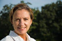 μέση χαμογελώντας γυναίκα ηλικίας Στοκ Φωτογραφία