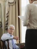 Μέσοι ηλικίας επιχειρηματίες με τα έγγραφα Στοκ Εικόνες