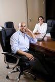 Μέσος-ενήλικοι ισπανικοί εργαζόμενοι γραφείων στην αίθουσα συνεδριάσεων Στοκ Εικόνες