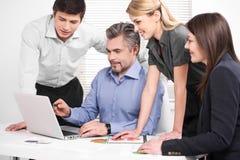 Μέσος ηλικίας επιχειρηματίας που παρουσιάζει στρατηγική επιχείρησης στο lap-top. Στοκ Φωτογραφίες