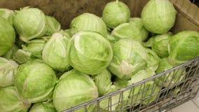 Μέσος πυροβολισμός που κινεί τα προηγούμενα φρέσκα λαχανικά σε ένα παντοπωλείο υπεραγορών το λάχανο βρίσκεται σε έναν σωρό σε ένα φιλμ μικρού μήκους