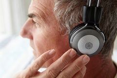 Μέσο άτομο ηλικίας που φορά τα ακουστικά Στοκ φωτογραφίες με δικαίωμα ελεύθερης χρήσης