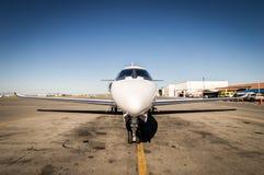 Μέσο αεριωθούμενο αεροπλάνο μεγέθους που σταθμεύουν Στοκ Εικόνες