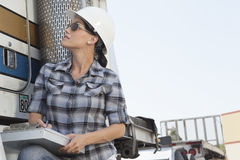 Μέσο ενήλικο φορτηγό ξυλείας επιθεώρησης γυναικών Στοκ φωτογραφία με δικαίωμα ελεύθερης χρήσης