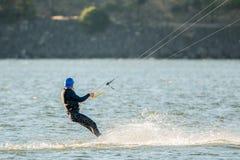 Μέσο ηλικίας άτομο σε ένα kiteboard στοκ εικόνες