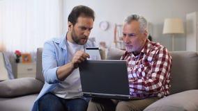 Μέσο ηλικίας αρσενικό που επιδεικνύει πώς να κάνει τις πληρωμές μέσω Διαδικτύου, σε απευθείας σύνδεση ασφάλεια απόθεμα βίντεο