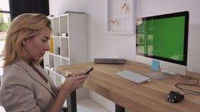 Μέσο ηλικίας γυναικείο μήνυμα κυψελοειδές απόθεμα βίντεο
