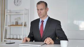 Μέσο ηλικίας ερχόμενο γραφείο επιχειρηματιών για την εργασία φιλμ μικρού μήκους