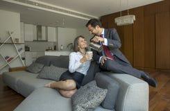 Μέσο ηλικίας ζεύγος στο formalware στο διαμέρισμα πόλεών τους με το α Στοκ φωτογραφία με δικαίωμα ελεύθερης χρήσης