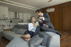 Μέσο ηλικίας ζεύγος στο formalware στο διαμέρισμα πόλεών τους με το α Στοκ Εικόνα