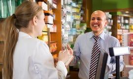 Μέσο ηλικίας άτομο στο φαρμακείο στοκ φωτογραφία