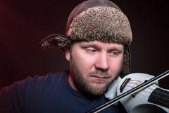Μέσο ηλικίας βιολί παιχνιδιού ατόμων στοκ εικόνα με δικαίωμα ελεύθερης χρήσης