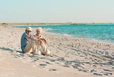 Μέσο ηλικίας ζεύγος στην παραλία Στοκ Εικόνες
