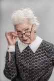 Μέσο ηλικίας θηλυκό με τη δύσπιστη έκφραση στο πρόσωπό της Στοκ εικόνα με δικαίωμα ελεύθερης χρήσης