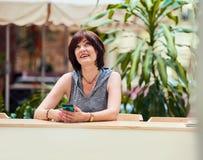 Μέσο ηλικίας θηλυκό smartphone χρησιμοποίησης Στοκ φωτογραφία με δικαίωμα ελεύθερης χρήσης