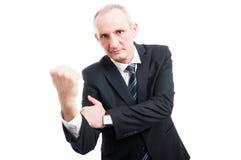 Μέσο ηλικίας κομψό άτομο που παρουσιάζει άσεμνη χειρονομία Στοκ φωτογραφία με δικαίωμα ελεύθερης χρήσης