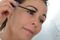 Μέσο ηλικίας τεθειμένο γυναίκα mascara Στοκ φωτογραφία με δικαίωμα ελεύθερης χρήσης