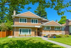 Μέσο κατοικημένο σπίτι στην τέλεια γειτονιά η τρισδιάστατη απεικόνιση οικογενειακών σπιτιών ανασκόπησης απομόνωσε το λευκό στοκ εικόνα