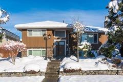 Μέσο οικογενειακό σπίτι στο χιόνι στη χειμερινή εποχή στοκ φωτογραφία με δικαίωμα ελεύθερης χρήσης