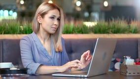Μέσο πυροβοληθε'ν μοντέρνο ανεξάρτητο κείμενο δακτυλογράφησης γυναικών freelancer στο πληκτρολόγιο που χρησιμοποιεί το PC lap-top απόθεμα βίντεο