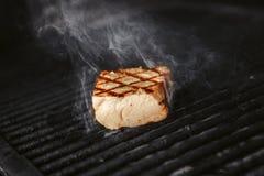 Μέσο σπάνιο ψημένο στη σχάρα κρέας στον καυτό μάγειρα Μπριζόλα με τον καπνό Στοκ εικόνα με δικαίωμα ελεύθερης χρήσης