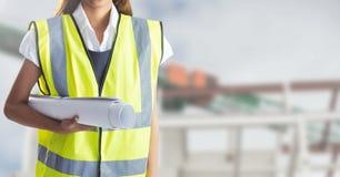 Μέσο τμήμα της γυναίκας εργαζόμενος που κρατά τις μπλε τυπωμένες ύλες Στοκ φωτογραφίες με δικαίωμα ελεύθερης χρήσης