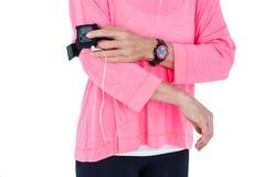 Μέσο τμήμα της γυναίκας που χρησιμοποιεί mp3 το φορέα armband Στοκ φωτογραφίες με δικαίωμα ελεύθερης χρήσης