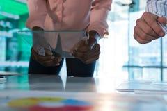 Μέσο τμήμα του ανώτατου στελέχους επιχείρησης που χρησιμοποιεί την ψηφιακή ταμπλέτα γυαλιού στοκ εικόνα