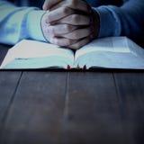 Μέσο τμήμα του ατόμου με την επίκληση Βίβλων Στοκ φωτογραφίες με δικαίωμα ελεύθερης χρήσης