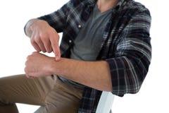 Μέσο τμήμα του επιχειρηματία που δείχνει στο φανταστικό wristwatch Στοκ φωτογραφία με δικαίωμα ελεύθερης χρήσης