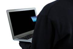 Μέσο τμήμα του χάκερ που χρησιμοποιεί το lap-top και την πιστωτική κάρτα Στοκ Εικόνες