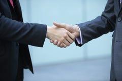 Μέσο τμήμα των επιχειρηματιών που τινάζουν τα χέρια στοκ εικόνες