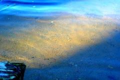 μέσω της επιφάνειας του ποταμού μπορείτε να δείτε το κατώτατο σημείο του ποταμού στοκ φωτογραφία με δικαίωμα ελεύθερης χρήσης