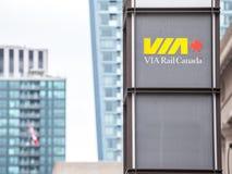 Μέσω του λογότυπου ραγών που λαμβάνεται μπροστά από το σταθμό ένωσης στο Τορόντο, Οντάριο στοκ εικόνα με δικαίωμα ελεύθερης χρήσης