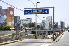Μέσω του σημαδιού εθνικών οδών Expresa για την κεκλιμένη ράμπα στην περιοχή Miraflores στοκ φωτογραφίες