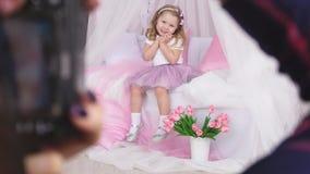 Μέσω του χεριού το φωτογράφο που βλέπει το πρότυπο κοριτσιών φιλμ μικρού μήκους