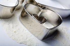 μέταλλο καρδιών κοπτών μπισκότων μερικοί Στοκ Εικόνες