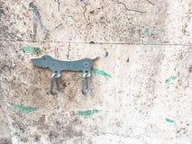 Μέταλλο μορφής Daschund σκυλιών στον άσπρο τοίχο Στοκ Φωτογραφίες