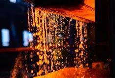 Μέταλλο στη ρίψη μεταλλουργία Ατμόσφαιρα του χαλυβουργικού φούρνου στο χαλυβουργείο οσμηρών στοκ φωτογραφίες