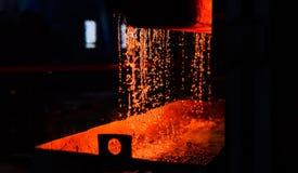 Μέταλλο στη ρίψη μεταλλουργία Εγκαταστάσεις σιδηρουργίας και χαλυβουργικό εργαστήριο στοκ εικόνα