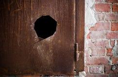 μέταλλο τρυπών πορτών που &omicr Στοκ φωτογραφία με δικαίωμα ελεύθερης χρήσης