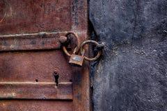μέταλλο πορτών σκουριασ& Στοκ φωτογραφία με δικαίωμα ελεύθερης χρήσης
