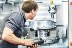 Μέταλλο που επεξεργάζεται τη βιομηχανία στη μηχανή Εργαζόμενος που ενεργοποιεί cnc τη μηχανή άλεσης στοκ φωτογραφίες με δικαίωμα ελεύθερης χρήσης