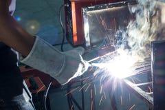 Μέταλλο συγκόλλησης εργαζομένων Στοκ εικόνες με δικαίωμα ελεύθερης χρήσης
