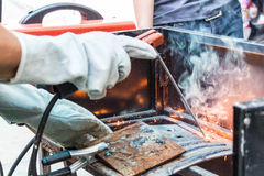 Μέταλλο συγκόλλησης εργαζομένων Στοκ εικόνα με δικαίωμα ελεύθερης χρήσης