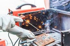 Μέταλλο συγκόλλησης εργαζομένων Στοκ φωτογραφία με δικαίωμα ελεύθερης χρήσης