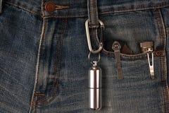 Μέταλλο carabiner και εργαλεία στα τζιν Στοκ Εικόνες