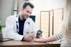 Μέτρηση γιατρών της ζάχαρης αίματος για τον ασθενή διαβήτη στοκ εικόνες με δικαίωμα ελεύθερης χρήσης