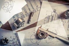 Μέτρηση και σύγκριση των αποτελεσμάτων των ρουλεμάν με το μηχανικό σχέδιο Στοκ φωτογραφία με δικαίωμα ελεύθερης χρήσης